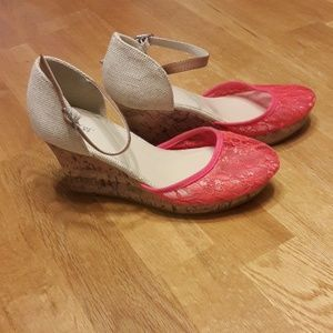 Apt.9 Mimosa Coral Lace Wedges Size 8